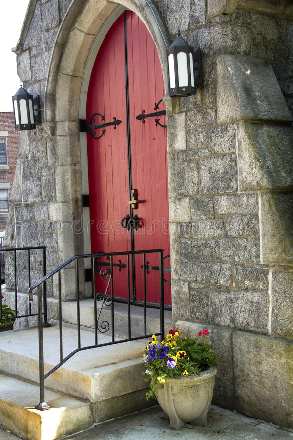 Portes rouges, façade en pierre et ferronnerie noire, Keene, New Hampshire photo stock