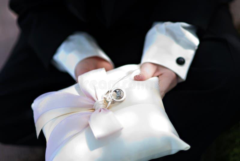 Porteur de boucle de mariage image stock