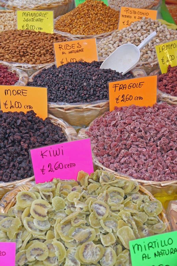 Portez des fruits dans de grands paniers à vendre d'épicerie locale du marché images stock
