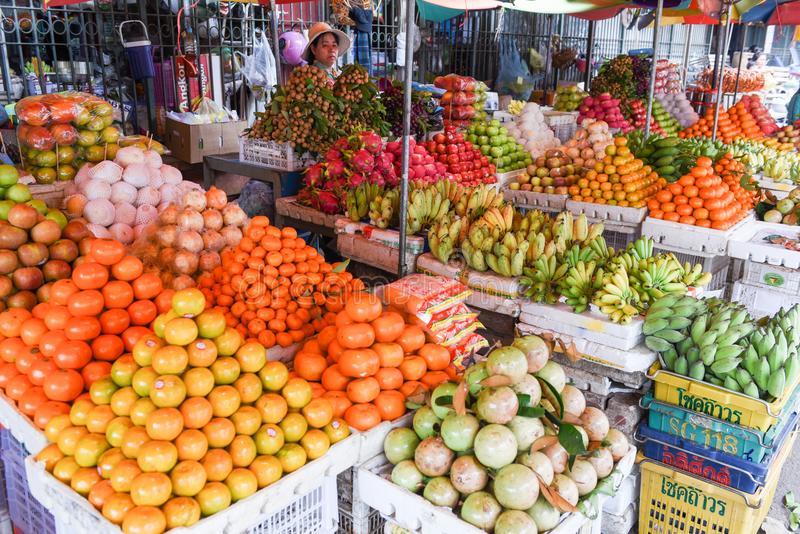 Portez des fruits en vente au marché de Battambang sur le Cambodge image libre de droits