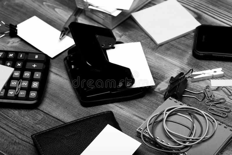 Portfel i telefon komórkowy na drewnianym tle Materiały i kalkulator Wizytówki, segregatory, elastics, klamerki i obraz stock