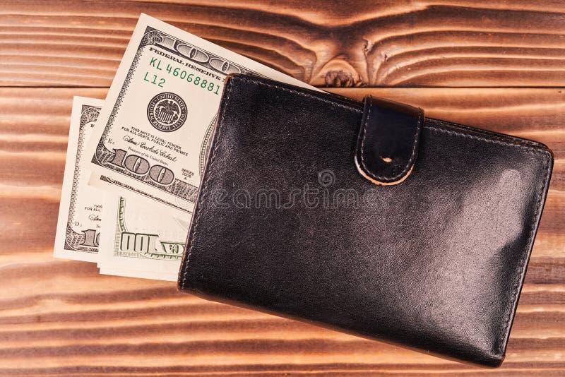 Portfel z amerykańskimi dolarami na drewnianym stole obraz royalty free