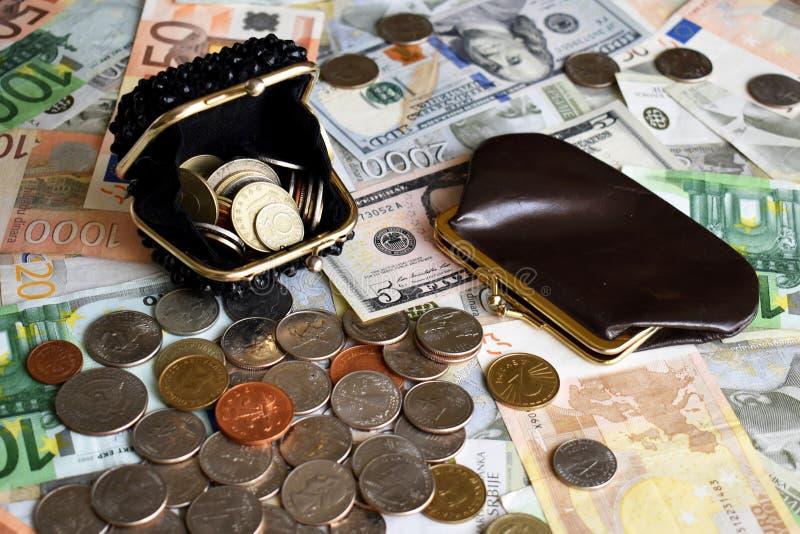Portfle dla monet i monety ower różnego papierowego pieniądze fotografia stock