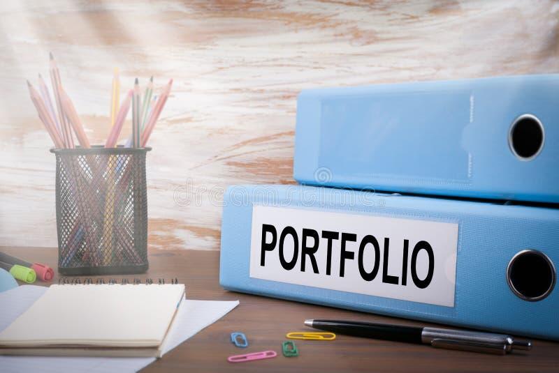 Portfolio, Biurowy segregator na Drewnianym biurku Na stołowych barwionych ołówkach, pióro, notatnika papier zdjęcie royalty free
