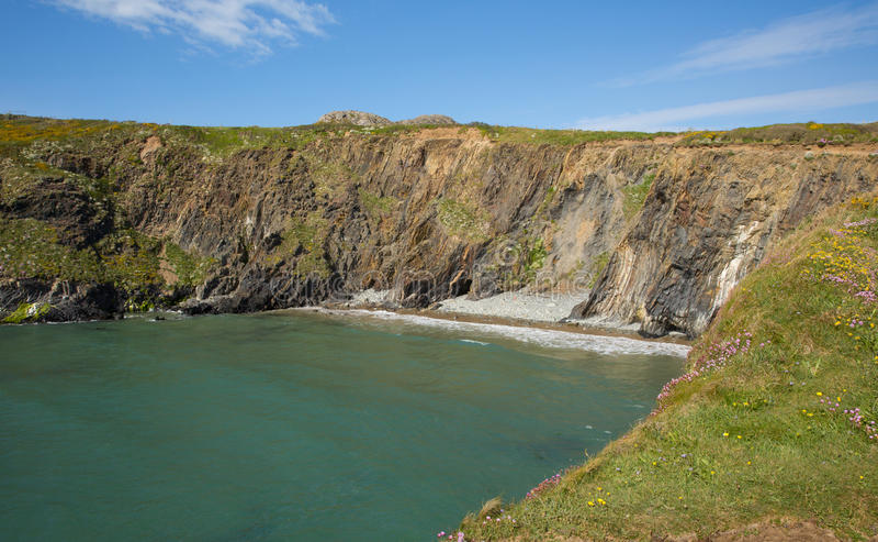 Porth Lleuog pela baía Pembrokeshire Gales de Whitesands imagens de stock royalty free