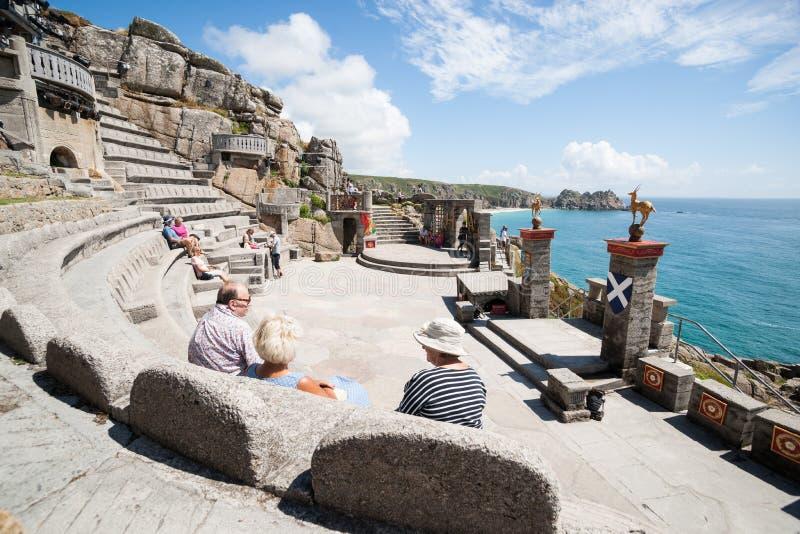 PORTHCURNO CORNWALL, ENGLAND - Juli 25: Minack teater, kust- frilufts- ampitheater fotografering för bildbyråer
