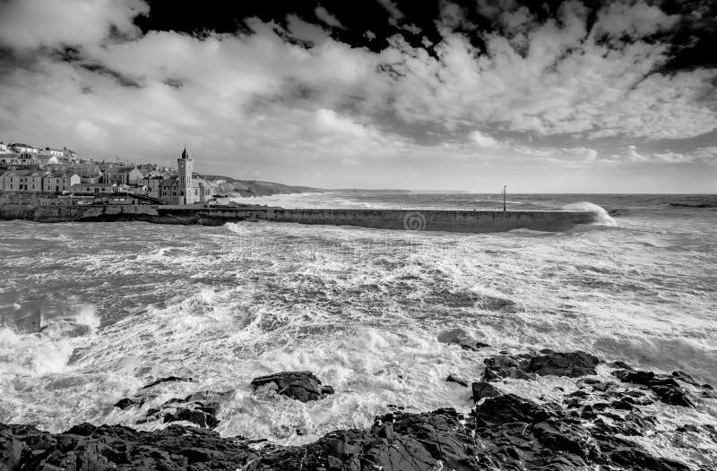 Porthleven vågbrytare som skyddar hamnen från starka vindar a royaltyfria bilder