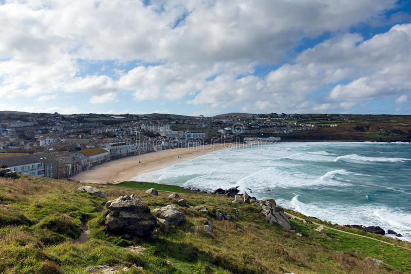 Porthmeor St Ives Cornwall England met witte golven royalty-vrije stock foto