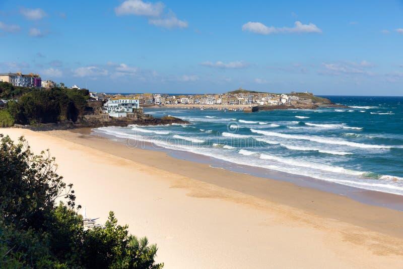 Porthminster-Strand und St. Ives Cornwall England mit Weißwellen und blaues Meer und Himmel stockfoto