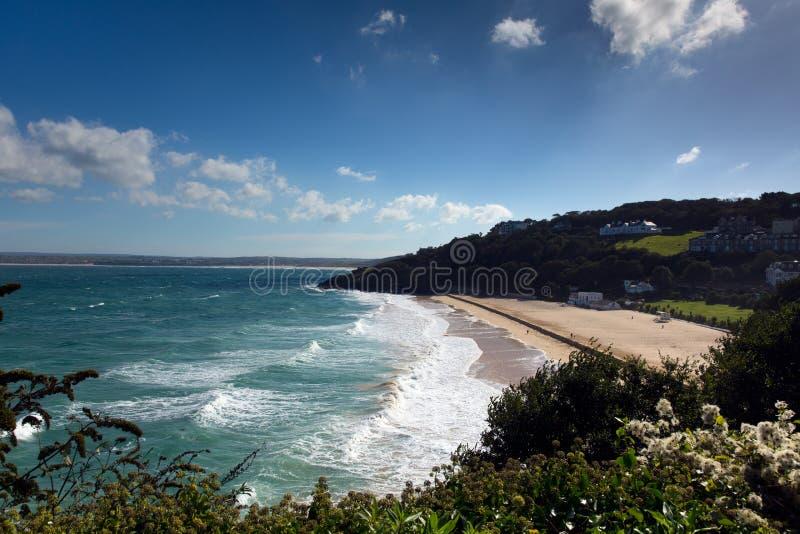 Porthminsterstrand St Ives Cornwall England met witte golven en blauwe overzees en hemel stock fotografie