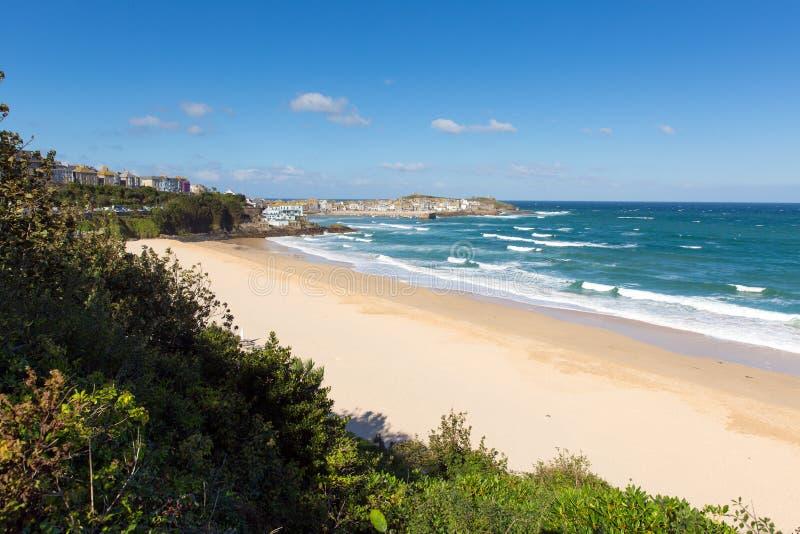 Porthminsterstrand St Ives Cornwall England met witte golven en blauwe overzees en hemel stock afbeeldingen