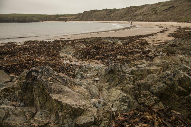 Porthor, Gales - uma vista de uma praia em um dia nebuloso imagens de stock royalty free