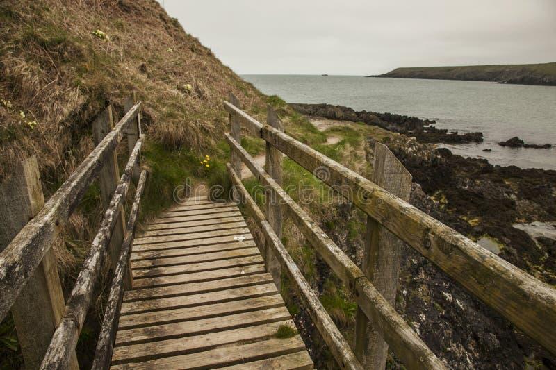 Porthor, het Fluitende Zand, Noord-Wales - een houten brug stock foto's