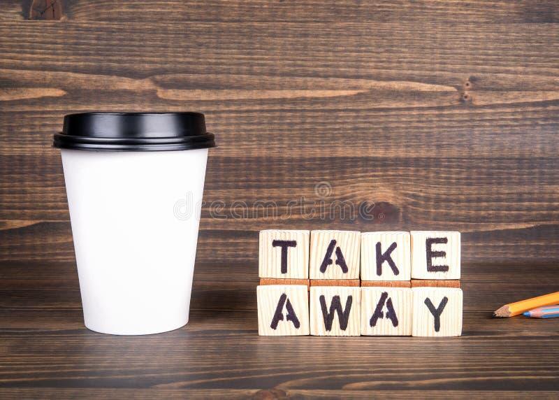 Porti via, lettere di legno sullo scrittorio Tazza di caff? con lo spazio della copia fotografie stock