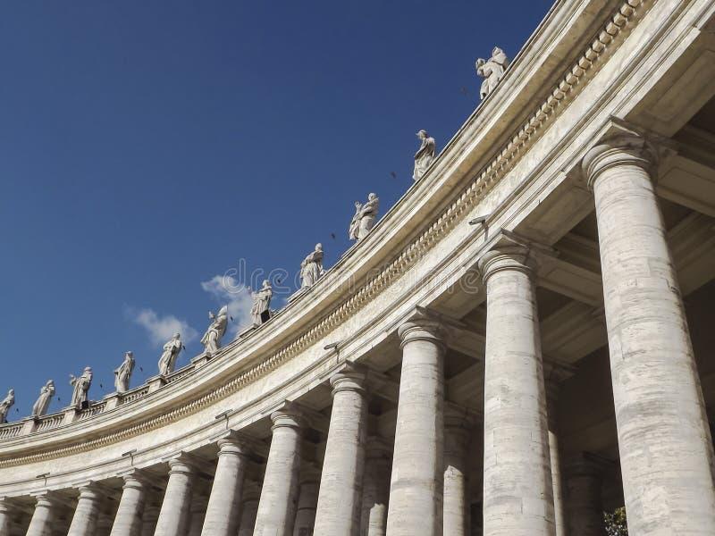 Porticade in het vierkant van Heilige Peters in Rome, Italië stock afbeeldingen