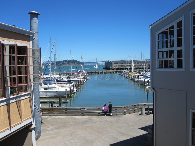 Porticciolo del pilastro 39 e golden gate bridge San Francisco fotografia stock libera da diritti