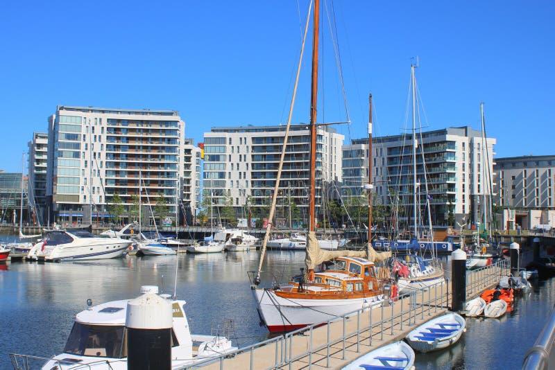 Porticciolo dell'yacht e costruzioni moderne immagine stock libera da diritti