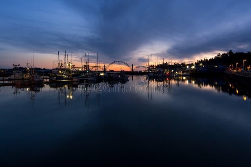 Porticciolo della baia e di Newport di Yaquina, Oregon, a penombra fotografia stock