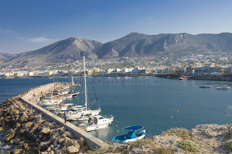 Porticciolo e città del Crete fotografia stock libera da diritti