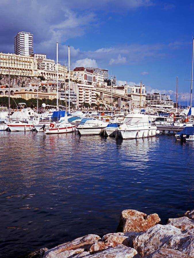 Porticciolo e città, Monte Carlo, Monaco. immagini stock libere da diritti