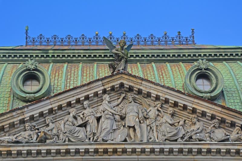 Portico con bassorilievo della scuola centrale del disegno tecnico del barone Shtiglits in San Pietroburgo, Russia fotografia stock