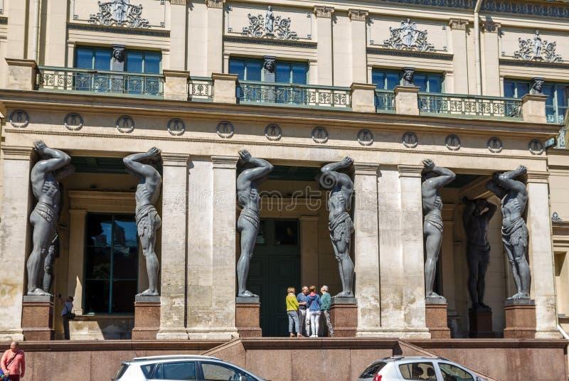 Portico con granito Atlantes immagini stock