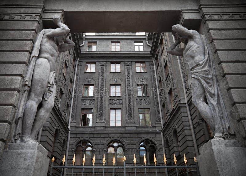Portico con le statue di Atlant. St Petersburg, Russia fotografie stock