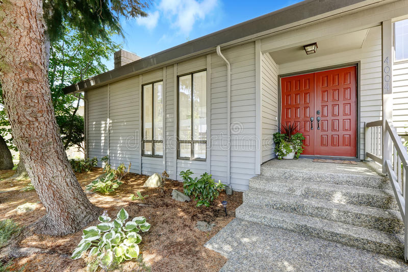 Portico dell 39 entrata con la porta rossa immagine stock for Casa di costruzione in metallo con avvolgente portico