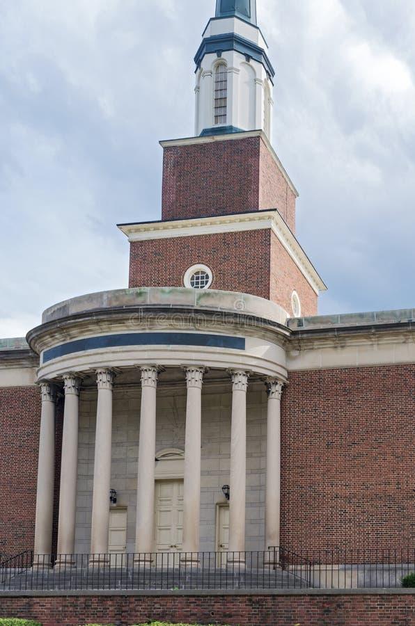 Portico e colonne della chiesa all'entrata immagini stock