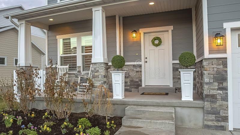 Portico ed iarda di panorama alla facciata di una casa con le scale che conducono all'entrata principale fotografia stock libera da diritti