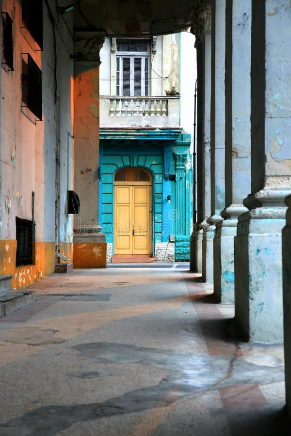 Portico tipico sotto una costruzione coloniale in Cuba fotografia stock