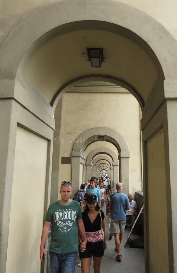 Portico vicino a Ponte Vecchio, sotto il corridoio di Vasarian, con i turisti fotografia stock