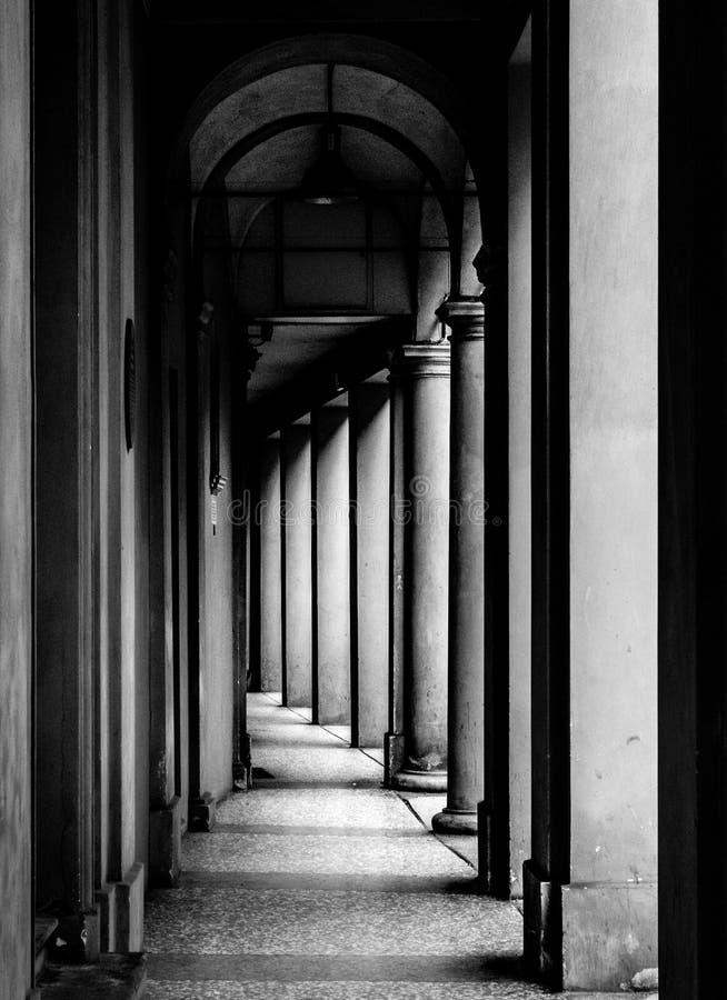 Portiek, beschutte gang, in Bologna met zijn bijna 40 kilometers portieken Bologna is een unieke stad in de wereld stock fotografie
