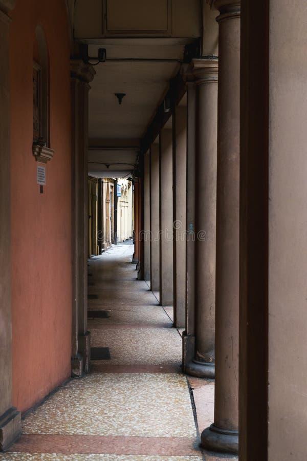 Portiek, beschutte gang, in Bologna met zijn bijna 40 kilometers portieken Bologna is een unieke stad in de wereld stock foto