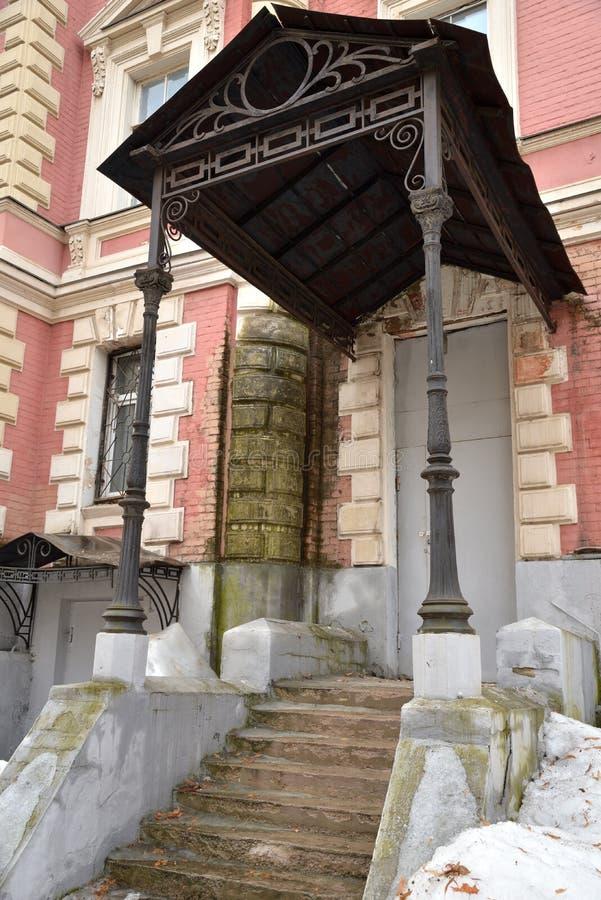 Portiek met metaalluifel van de oude bouw, Moskou, Rusland stock afbeeldingen