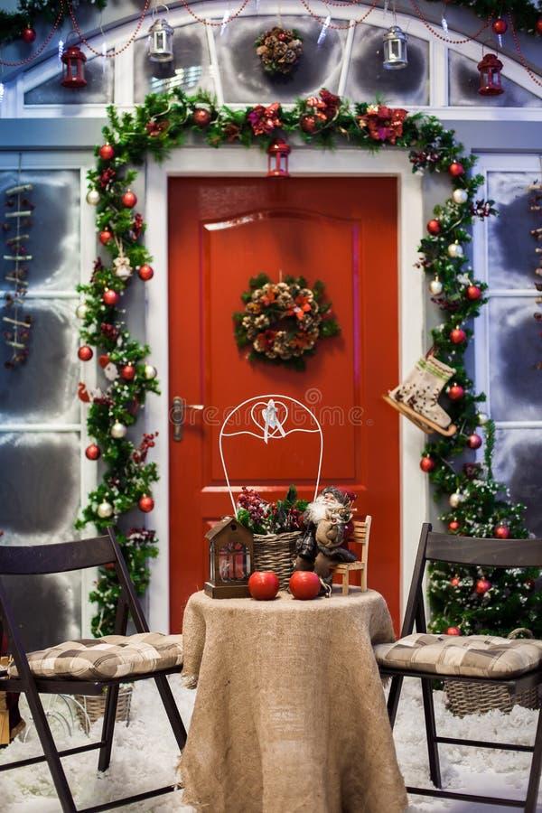 Portiek met rode deur met Kerstmiskroon stock afbeelding