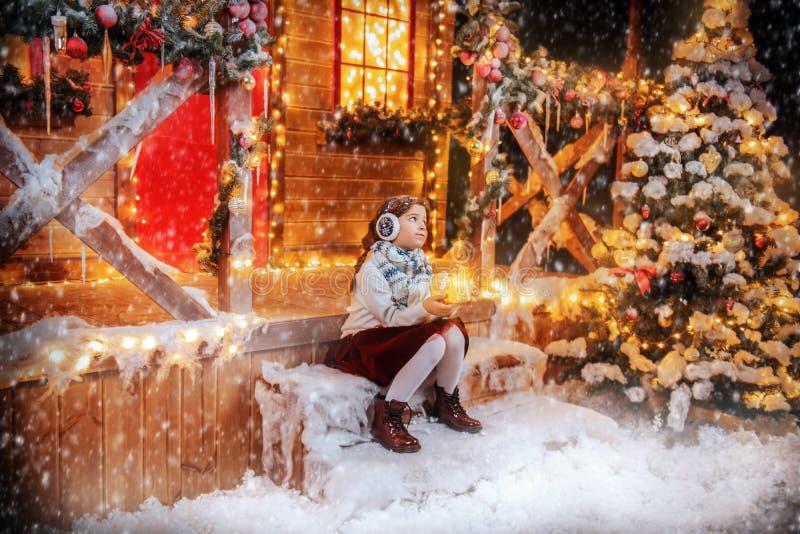 Portiek van huis bij Kerstmis stock afbeeldingen