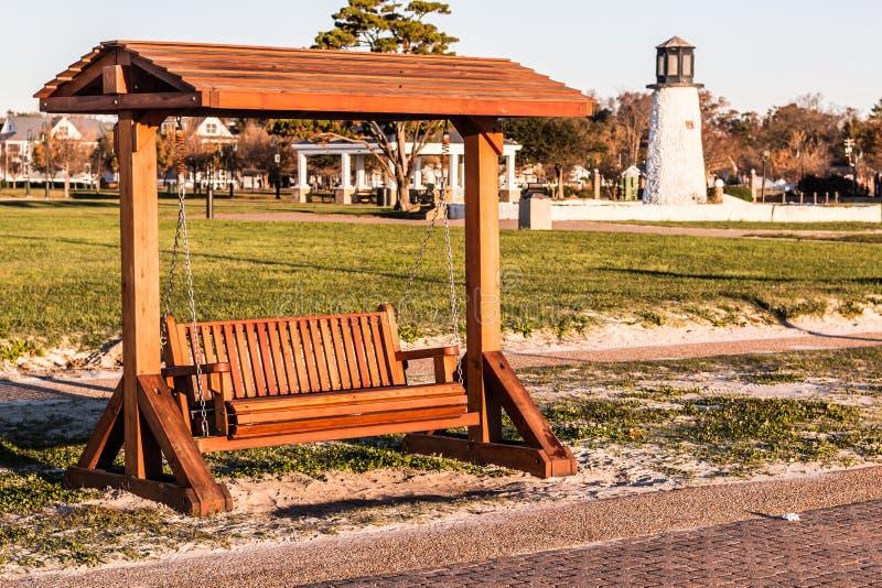 Portiekschommeling bij Buckroe-Strand in Hampton, VA stock fotografie