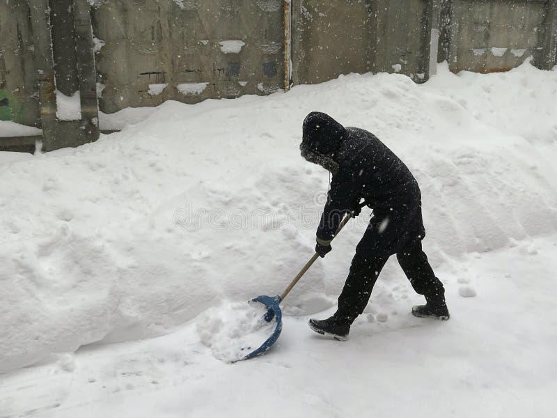 portier De natuurrampenwinter, blizzard, verlamde de zware sneeuw de stad, instorting De sneeuw behandelde de cycloon Europa stock foto's