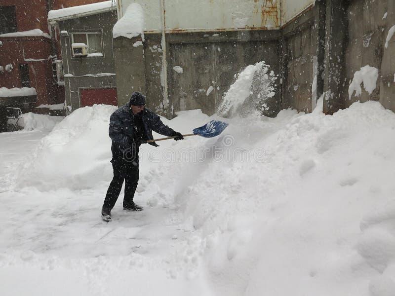 portier De natuurrampenwinter, blizzard, verlamde de zware sneeuw de stad, instorting De sneeuw behandelde de cycloon Europa royalty-vrije stock foto's