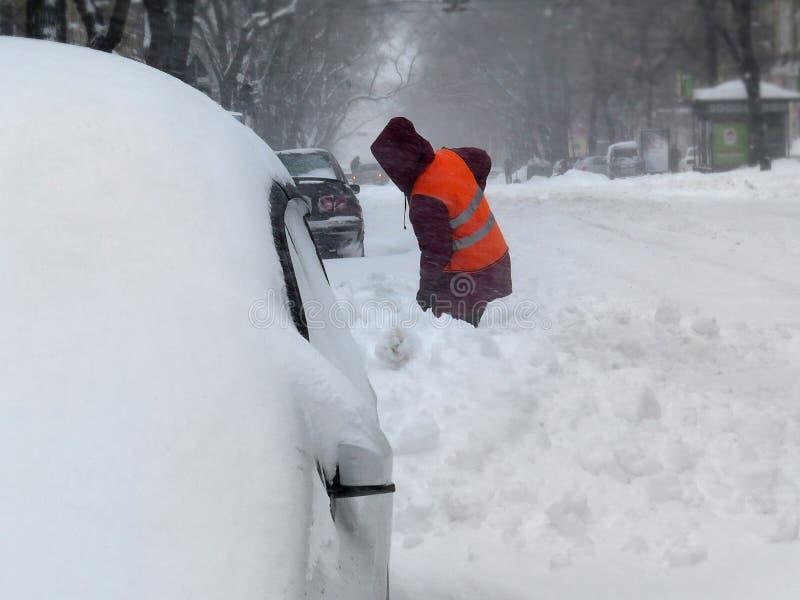 portier De natuurrampenwinter, blizzard, verlamde de zware sneeuw de stad, instorting De sneeuw behandelde de cycloon Europa stock afbeeldingen
