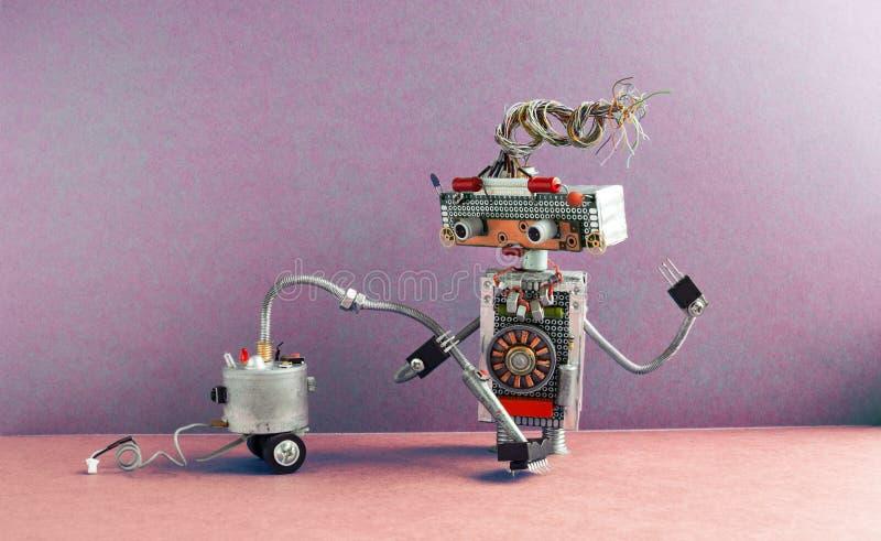 Portier de robot avec la machine d'aspirateur Maison androïde robotique de nettoyage de conception créative, intérieur violet ros photographie stock libre de droits