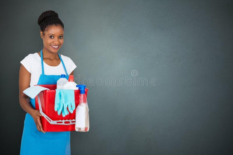 Portier féminin Holding Cleaning Equipment photos libres de droits