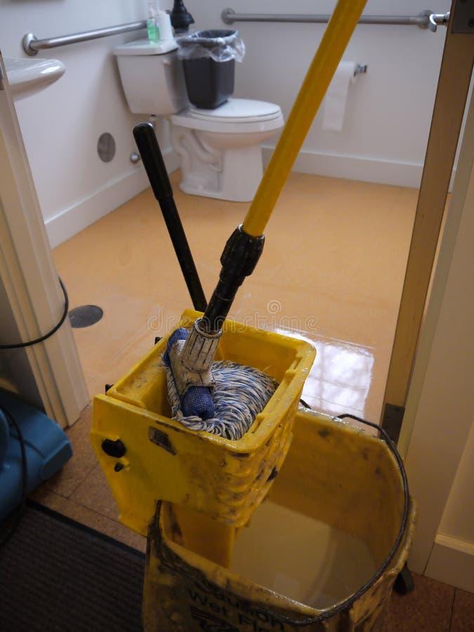 Portier : nettoyez l'étage de salle de bains photo libre de droits