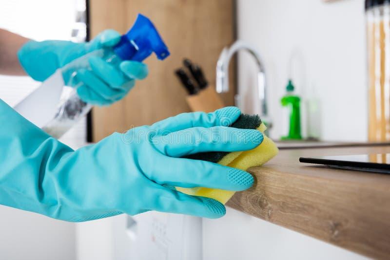 Portiere Cleaning Kitchen Worktop fotografia stock