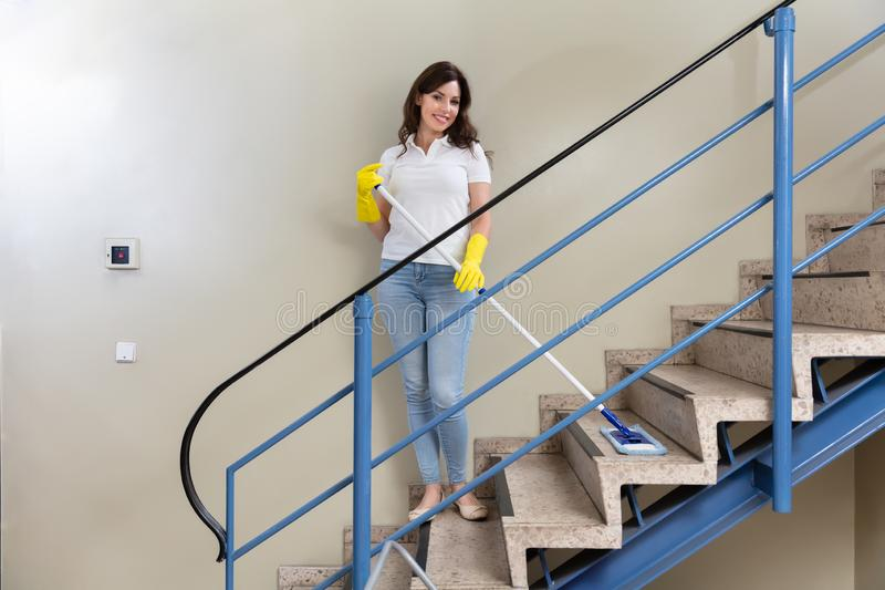 Portiere Cleaning Staircase fotografie stock
