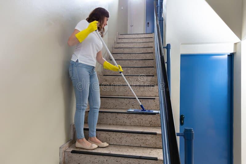 Portiere Cleaning Staircase fotografie stock libere da diritti