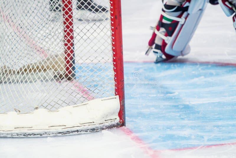 Portiere del hockey su ghiaccio durante il gioco fotografia stock