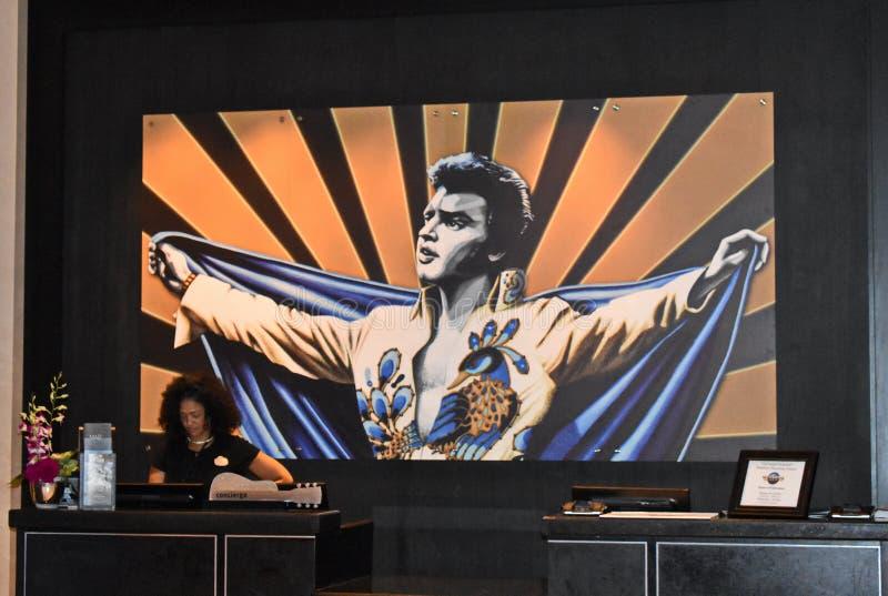 Portiere dell'hotel sul fondo variopinto di Elvis a Hark Rock Hotel immagine stock