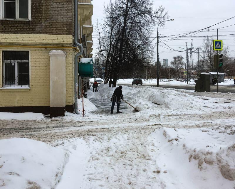 Portiers dégageant la neige sur la rue de Moscou photo libre de droits